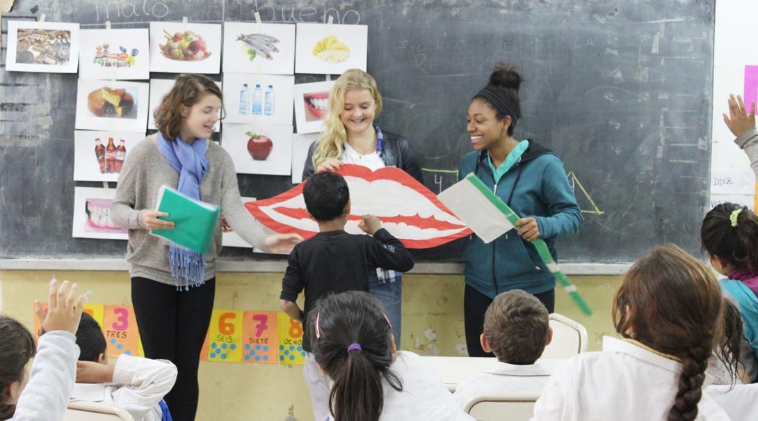 アルゼンチンの学校で歯磨き指導にあたる高校生ボランティア